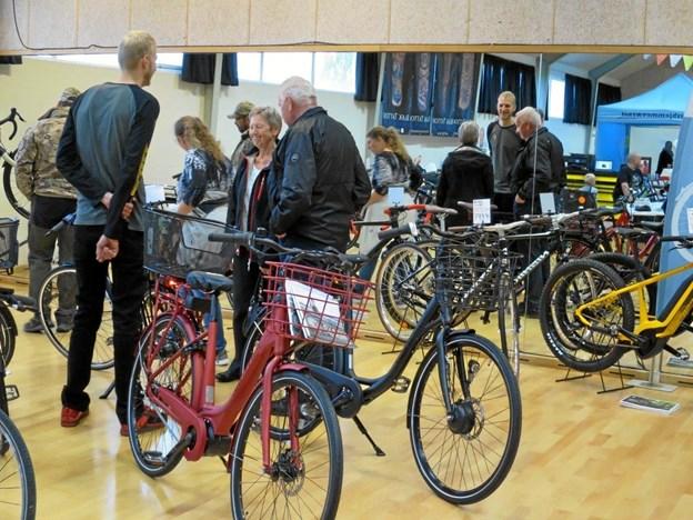 Hadsund Cykler fik stor opmærksomhed med de mange flotte cykler, men alle stande var velbesøgte. Den gratis kaffe med morgenbrød havde også stor interesse, ligeså de mange konkurrencer. Foto/tekst: hans@hhr-freelance.dk