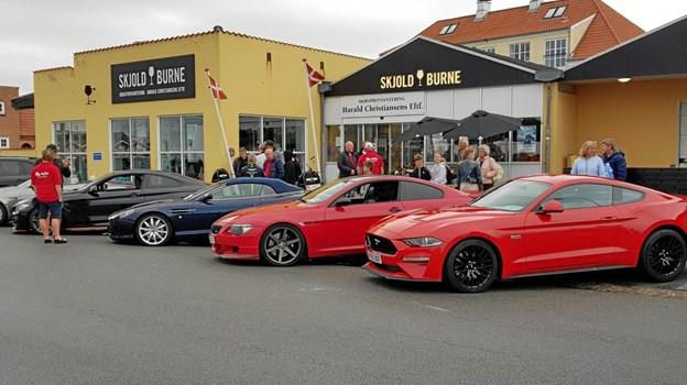 Superbilerne stod på række og var klar til at give publikum en køretur i Skagen. Foto: Ole Svendsen
