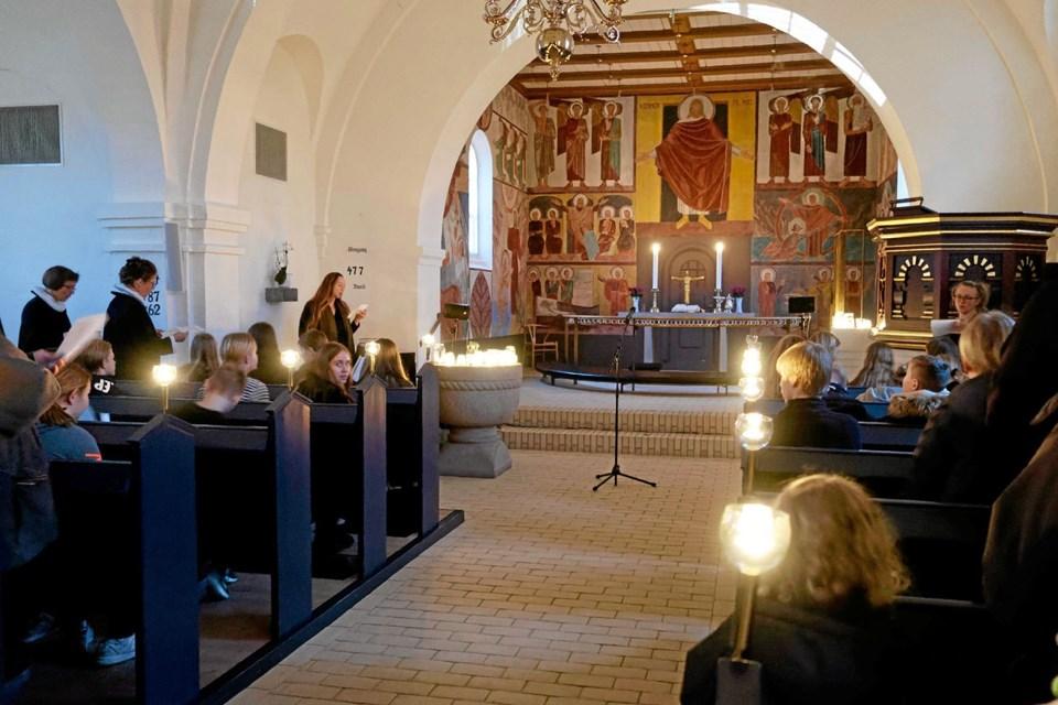 Februar: Kyndelmisse blev fejret i Sindal Bykirke som et symbol på, at nu vender lyset tilbage. Årets 42 konfirmander medvirkede ved gudstjenesten. Foto: Niels Helver Niels Helver
