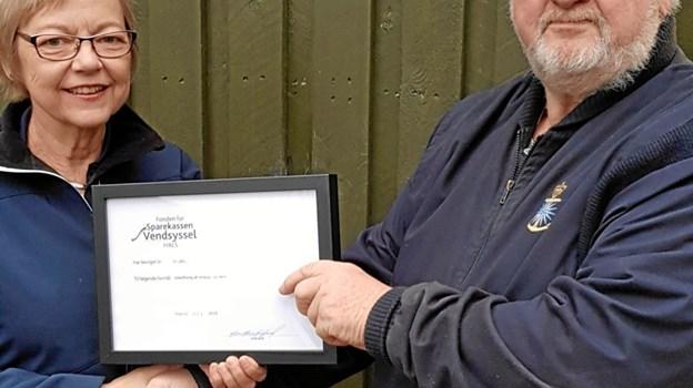 Foreningens formand Verner Gregersen modtager donationen af Birgitte Melgaard Nielsen fra Fondens Bestyrelse. PR-foto