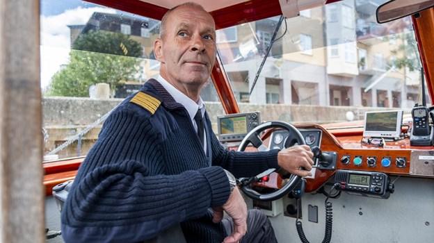 Carsten Hovgaard sejlede i fredags kanalbåden fra Nyhavn til Aalborg - en tur, der tog 17 timer. De kommende dage er han kaptajn på turen frem  og tilbage over Limfjorden. Foto: Lasse Sand