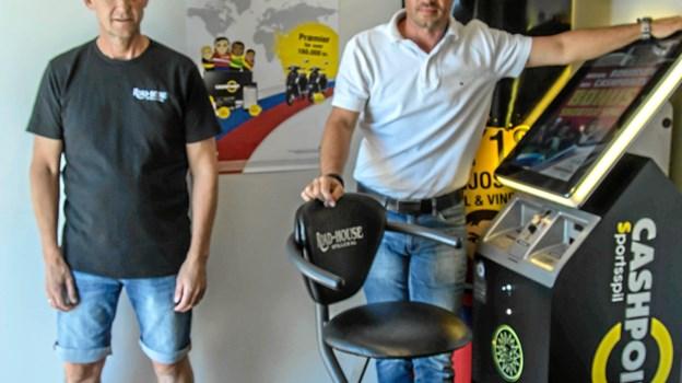 Indehaver Jan Pedersen (tv) og Christian Lauridsen fra Cashpoint (t.h.) ved den ene Bet Book maskine.  Foto: Tex