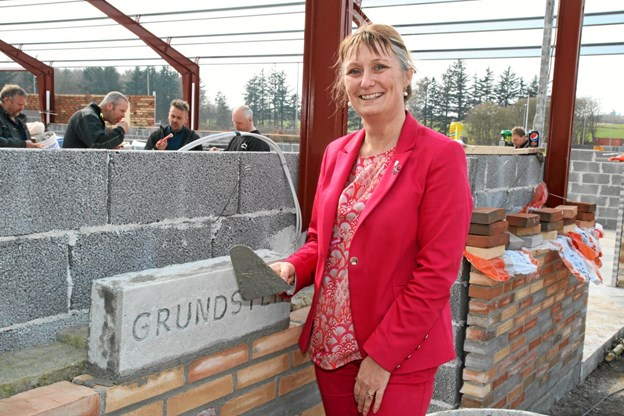 Helle Bak Andreasen indmurede første grundsten på den nye hal. Foto: Flemming Dahl Jensen
