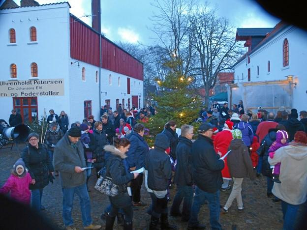 Også i år vil der blive sunget – og danset om juletræet i den gamle gård. Arkivfoto.