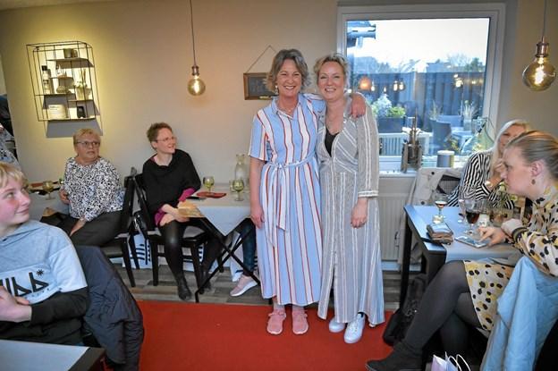 Det var så Annes Hus´ bud på sommerens mode, lød det det fra de to indehavere Gunhild Grandjean-Thomsen (tv) og Lene Andersen. Foto: Ole Iversen Ole Iversen