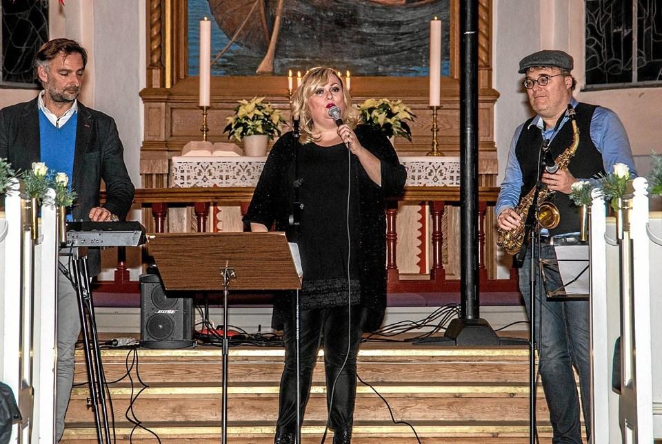 Soul og gospelsangerinde Marie Carmen Koppel havde taget et par musikere med, for at fuldende de smukke sange. Foto: Mogens Lynge