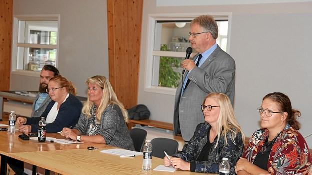 Fra venstre side er det Frank C. Lund (chef for særligt tilrettelagte tilbud), Annette Solskov (chef for botilbud), Susanne Berke (fagdirektør for EKKOfonden), borgmester Mogens Chr. Gade (V), Tine Hejlesen og Lone Thorhauge, der skal være daglig leder i Vester Hjermitslev. Foto: Flemming Dahl Jensen