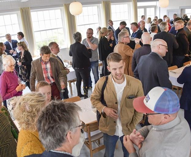 Omkring 200 gæster besøgte Svinkløv Badehotel og nød den unikke stemning, den nye bygning på forunderlig vis har arvet - men det er bestemt ikke kommet af sig selv, mange - særligt lokale håndværkere - har været involveret i at bringe sjælen fra det gamle badehotel med sig over i det nye. Foto: Michael Koch