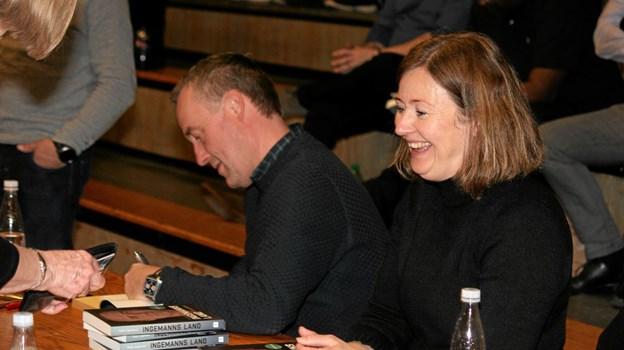 Peter Ingemann fik hjælp af sin kone Trine med at sælge bøger og autograf skrivning. Foto: Flemming Dahl Jensen Flemming Dahl Jensen