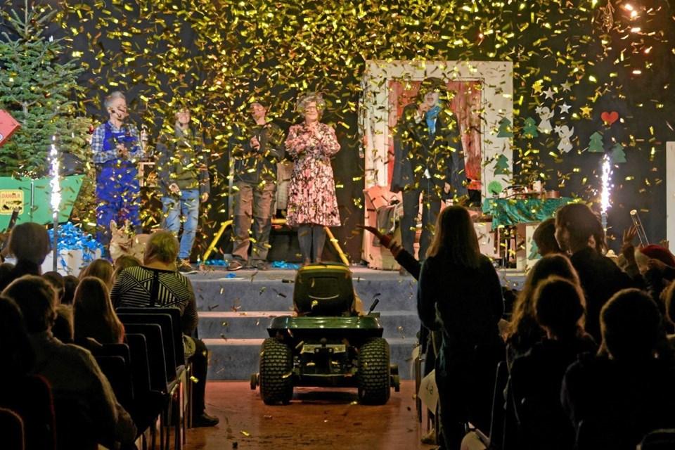 """Juleeventyret slutter heldigvis godt og fredfyldt, og til kaskader af konfetti og fyrværkeri synger alle """"På loftet sidder nissen"""", og så er det endelig jul. Foto: Niels Helver Niels Helver"""