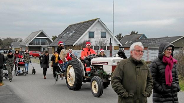 En David Brown- traktor med nisser bag på deltog i optoget. Foto: Hans B. Henriksen Hans B. Henriksen