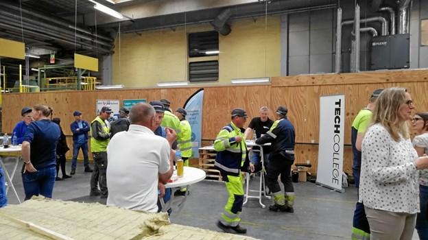 Med en pølsevogn som trækplaster blev medarbejdere og ledelse på Rockwool i Øster Doense forleden opfordret til at tænke endnu mere i efteruddannelse i fremtiden. Privatfoto