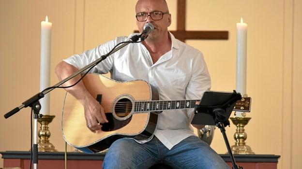 Trubaduren Michael Slot Pihl skriver sange og musik, som han rejser rundt og optræder med. Foto: Niels Helver Niels Helver