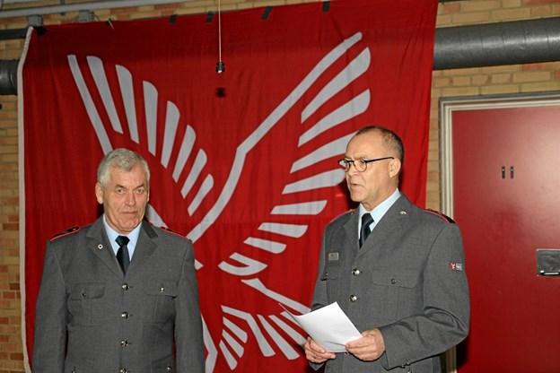 Her er det jubilaren fra venstre og områdeleder Bjarne Nørgaard som kun havde rosende ord at sige. Foto: Hans B. Henriksen