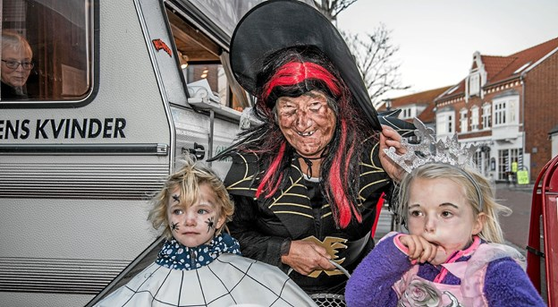 Børnene får vafler og straks er heksen lige bagved. Foto: Mogens Lynge