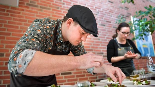 Dem Sæbyfødte Jakob Spolum - tidligere køkkenschef på Ruths Hotel i Skagen, driver nu sin egen frokostrestaurant i Odense. Her er han i gang med at gøre alting klar til Årets Sild. Foto: Claus Søndberg