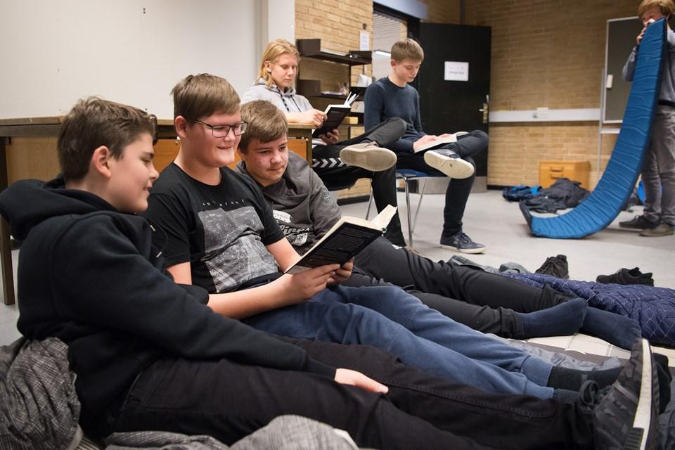 Det var i høj grad pigerne, der havde meldt sig til læsemaratonet på Dronninglund Skole. Men en god flok drenge var også med til at læse hele natten lang.Foto: Hans Ravn