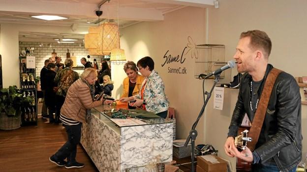 Lars Samuelsen havde taget sin guitar med og var med til at højne stemningen hos Sanne C. Foto: Tommy Thomsen