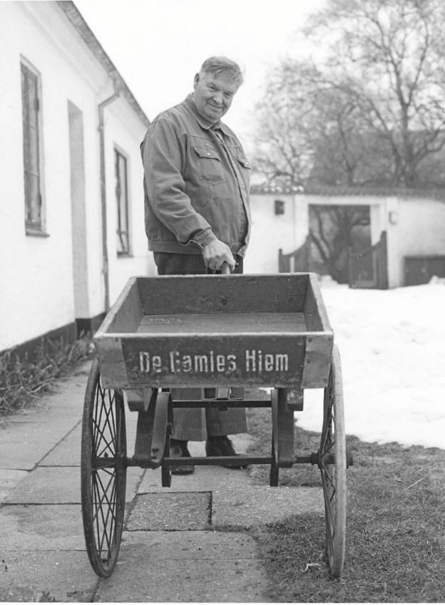 Vilhelm Jensen med vogn fra De Gamles Hjem i Fynsgade i Hjørring ca. 1980. Foto: Historisk Arkiv, Hjørring.