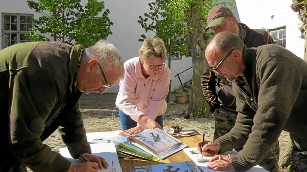 Jægerne registrerer deres oplevelser til eftertiden. Foto: Kirsten Olsen Kirsten Olsen