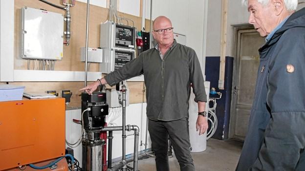 Allan Lassen fortæller Bent Thøgersen om filtreringssystemet i vaskehallen. Foto: Peter Jørgensen Peter Jørgensen