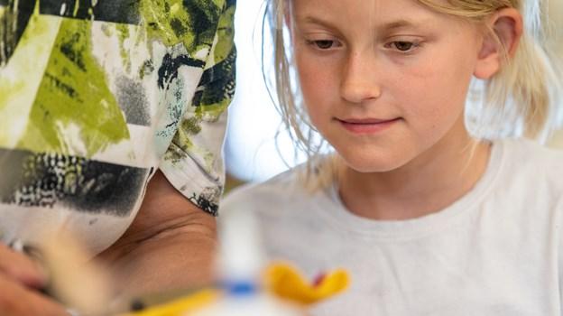 Frederikke Riis Knudsen fik både lavet en fugl og skovdame, inden hun og søsteren ifølge farmor blev 'skrupsultne'. Foto: Teis Markfoged
