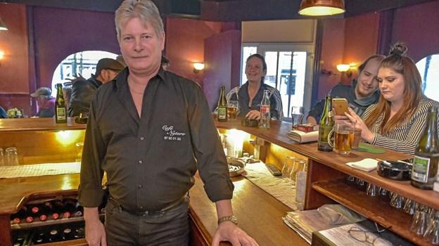 John Nielsen blev fejret af personale og gæster efter 20 år som ejer af Cafe Nytorv.Foto: Ole Iversen