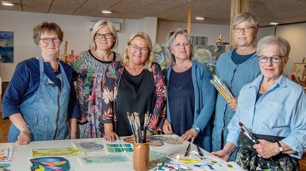Fra venstre ses Hanne Godtliebsen, Nina Schou, Lillian Hammer, Erna Iversen, Anette Palm og Randi Therland Madsen, som var mødt for at male i det nye kunstnerhus. Foto: Henrik Louis Simonsen.