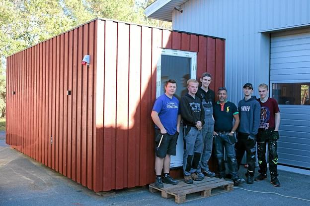 Tømrer-teamet der her har taget opstilling foran saunaen består af, Phillip Nielsen, Benjamin Nielsen, Patrick Stæhr, Claus Krogh, Emil Lindgren, Patrick Frøstrup.