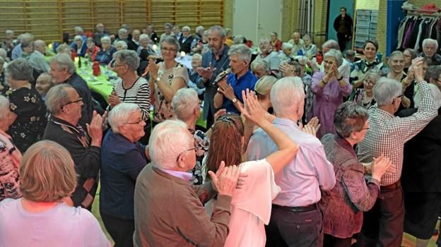 Sidst på dagen var der kædedans, og de ældre kom hurtigt ud på dansegulvet og deltog i løjerne. Foto: Niels Helver Niels Helver