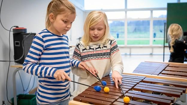 Grundskolen spiller lystigt løs i det musikalske hjørne. Privatfoto