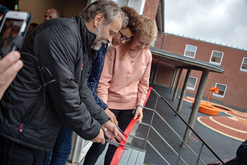 Mattias Temile og Zara Bauer fra elevrådet hjalp børn- og familieudvalgsformand Svend Madsen med at klippe den røde snor, inden der blev serveret pølser og is.