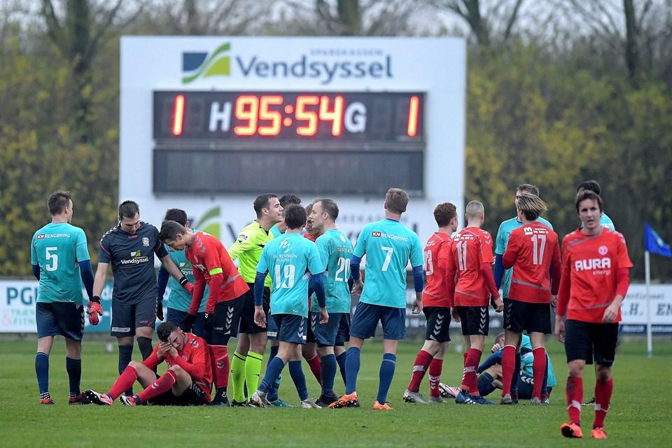 Der var drama til det sidste, da Jammerbugts Lasse Steffensen fik rødt kort i overtiden. Foto: Lars Pauli