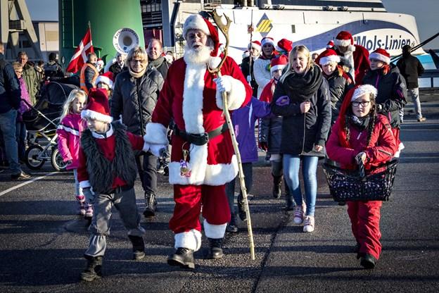 Glade nissebørn og Santa Julle kommer standsmæssigt til byen.