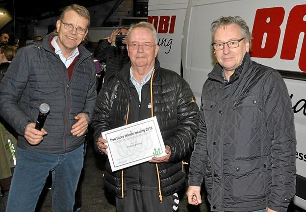 """Fra uddelingen af prisen """"Den Store Håndsrækning"""" ses her fra venstre Mikael Klitgaard, Preben Buttler - med diplom - og Arne B. Schade. Foto: Ole Torp Ole Torp"""