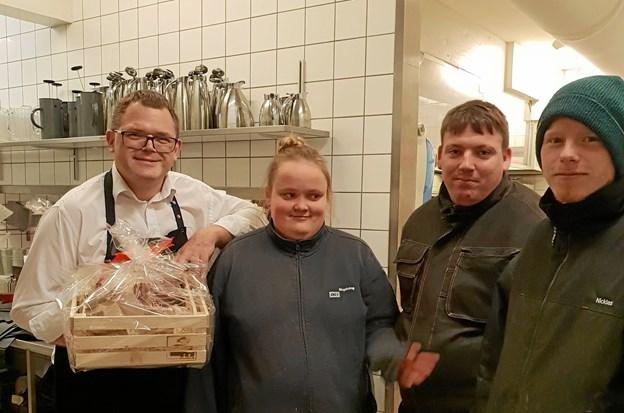En glad Claus Kjærgaard fra Hotel Viking tager imod den hjemmelavede julegave fra Nr. Vesterskov. Og Line, Brian og Niclas er de glade budbringere.