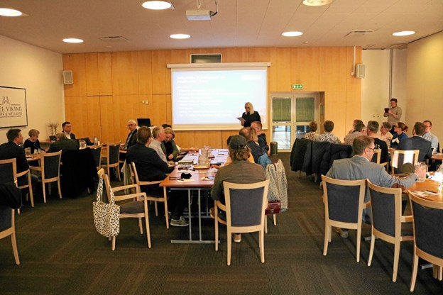 Borgmester Birgit S. Hansen byder velkommen til dialogmødet mellem kommune, turisthus og handelstanden på Hotel Viking Foto: Tommy Thomsen