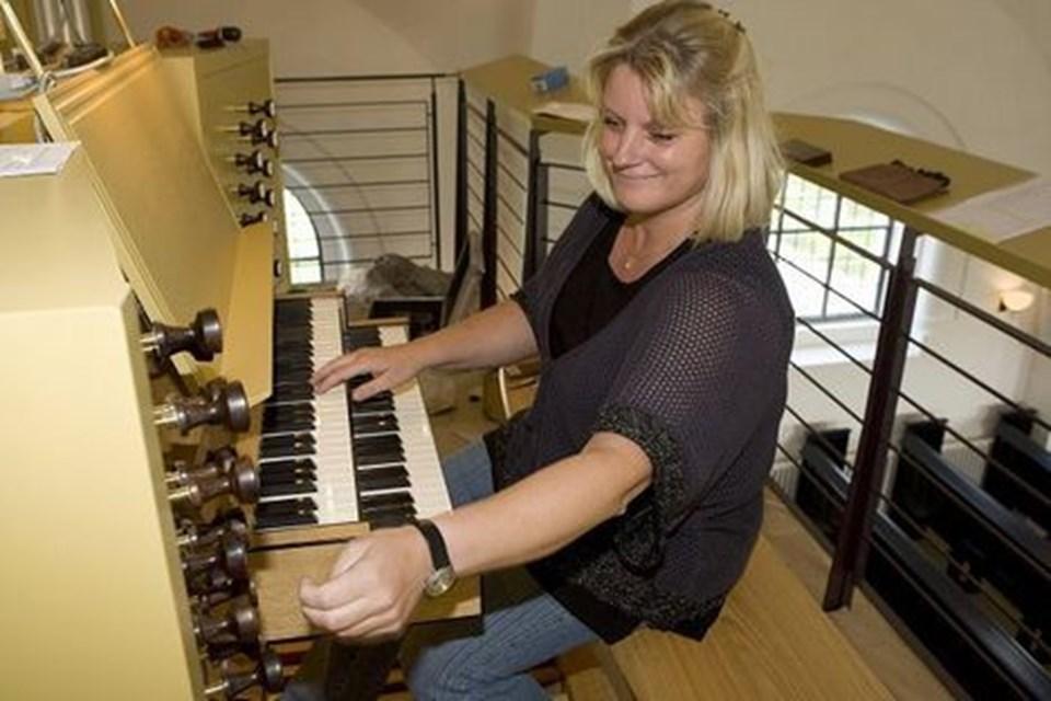 Organist Birgitte Zielke glæder sig til søndag 2. september kl. 10, når det nye orgel lægger toner til genåbningen af Hirtshals Kirke.
