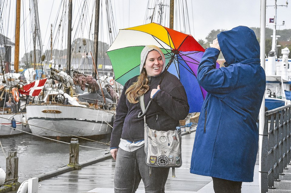 Smil under paraplyen da skibene lagde til.Foto: Ole Iversen