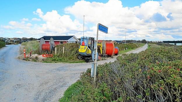 Maskiner og kabelruller i gang på Oktobervej. ?Foto: Kirsten Olsen