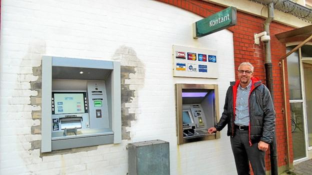 Afdelingsdirektør Mads Gade udenfor Nordjyske Bank ved de to hæveautomater, som banken fik for nogle år siden. Arkivfoto: Kirsten Olsen