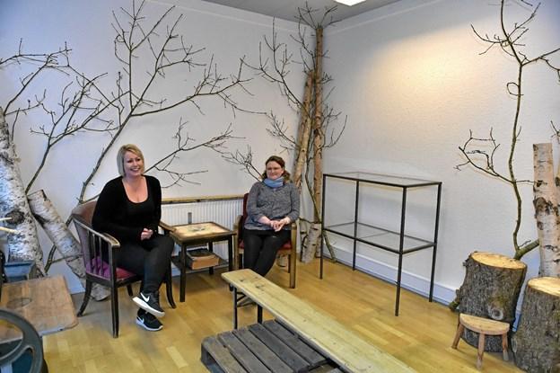 """Fjerhusets Blomster vil gerne at folk bliver hængende lidt længere og får en sludder. Derfor er det indrettet en """"lounge"""" i blomster og plantebutikken. Foto: Ole Iversen Ole Iversen"""