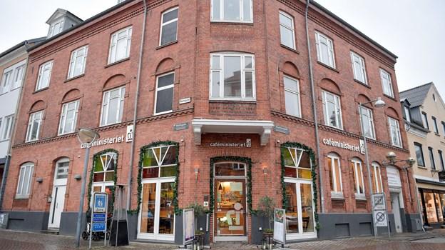 Her ses cafeen, der plads til over 100 gæster udenfor, når vejret tillader det. Foto: Claus Søndberg