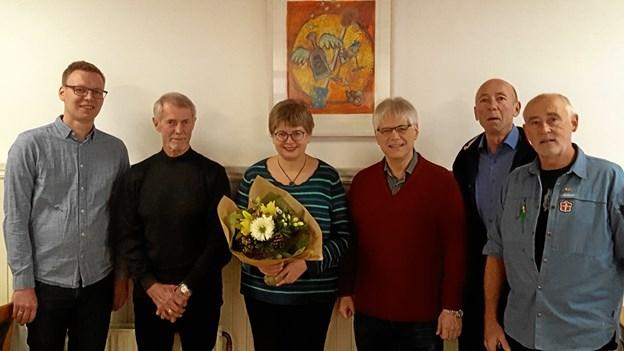 Gaverne blev overrakt ved en sammenkomst - her ses fra venstre præst Peter Thøgersen, Lions John Snebang, præst Kirsten Hansen, præst Mark Lewis, Lions Bent Larsen og Flemming Nielsen fra FDF Strandby.