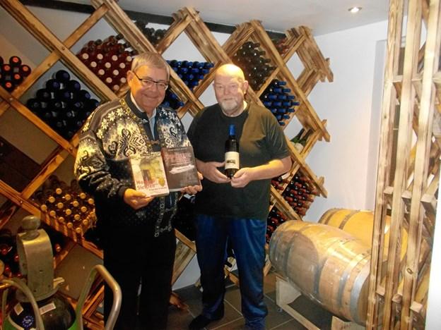 """Krimiforfatteren Hans-Willy Bautz fra Haslev fortæller om sine krimier, mens vinavler Willy Sørensen 15. februar byder på vinsmagning og fortæller om vineriet """"OddeKystVineris"""" produkter. Privatfoto"""