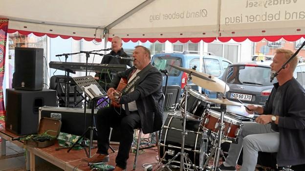 Bandet Pure Drunks med Jørgen Bjerregaard i front optræder hele to gange ved American Night i Fjerritslev fredag 12. juli. Forsangeren bliver bakket op af Anton Kirkeby og Ole Degn på henholdsvis trommer og keyboard. Foto: Ejgil Bodilsen