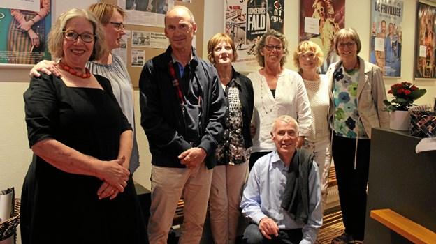 Hans Nielsen flankeret af frivillige fra Fjerritslev Kino. Til venstre i billedet står Bente Jensen, Fjerritslev Kinos formand.