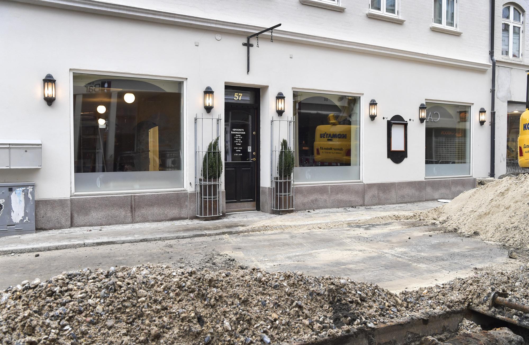 Snart kommer der igen et Holles-skilt over døren og i vinduerne.  Foto: Bente Poder