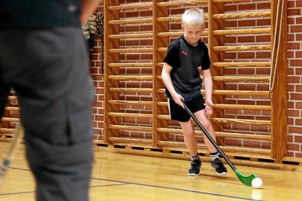 Floorball-spillet er kommet på programmet hos Vester Hassing Gymnastik- og Idrætsforening. Foto: Allan Mortensen