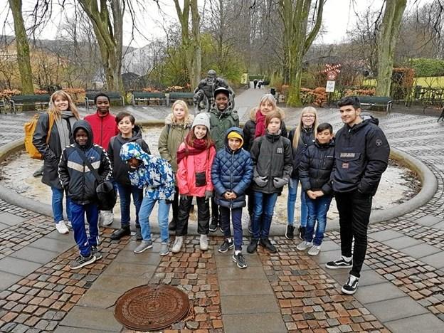 Gruppebillede af fritidsklubbens børn og personale ved indgangen til Aalborg ZOO. Privatfoto